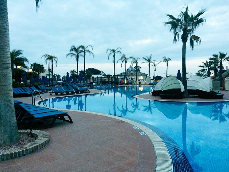Il Marriott Marbella Beach Club a bordo piscina